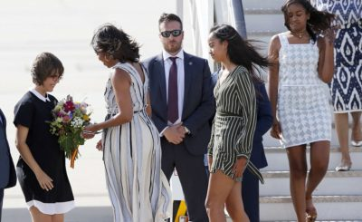 Michelle Obama,her mother and daughters land in Spain in a windy day