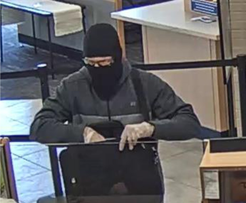 white-bearded man,David Wayne Oliver robbed bank throws cash at passers-by for 'Merry Christmas'